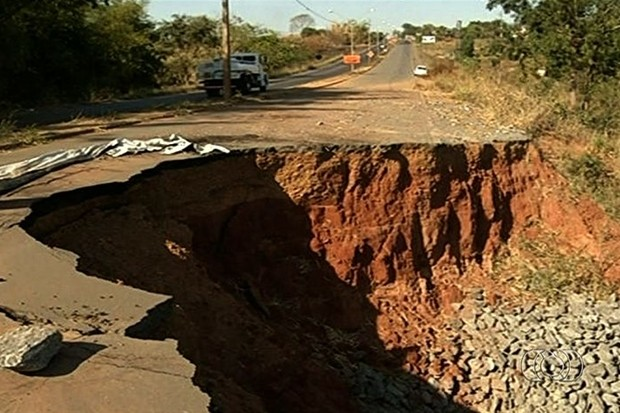 Cratera engole metade da GO-080 e preocupa motoristas, em Goiás (Foto: Reprodução/TV Anhanguera)