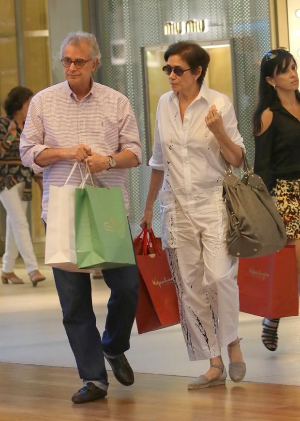 Lília Cabral faz compras de última hora para Páscoa (Foto: AgNews)
