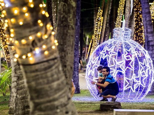 Bolas iluminadas foram colocadas em diversos pontos da orla de Maceió (Foto: Jonathan Lins/G1)