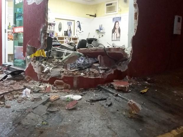 Acidente foi na noite desta quarta-feira (28) (Foto: Stephanie Fonseca/G1)