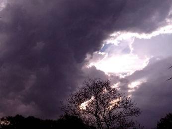 Agricultor fotografou as nuvens escuras por volta das 18h (Foto: Eliezer Cherpinski/Arquivo Pessoal)