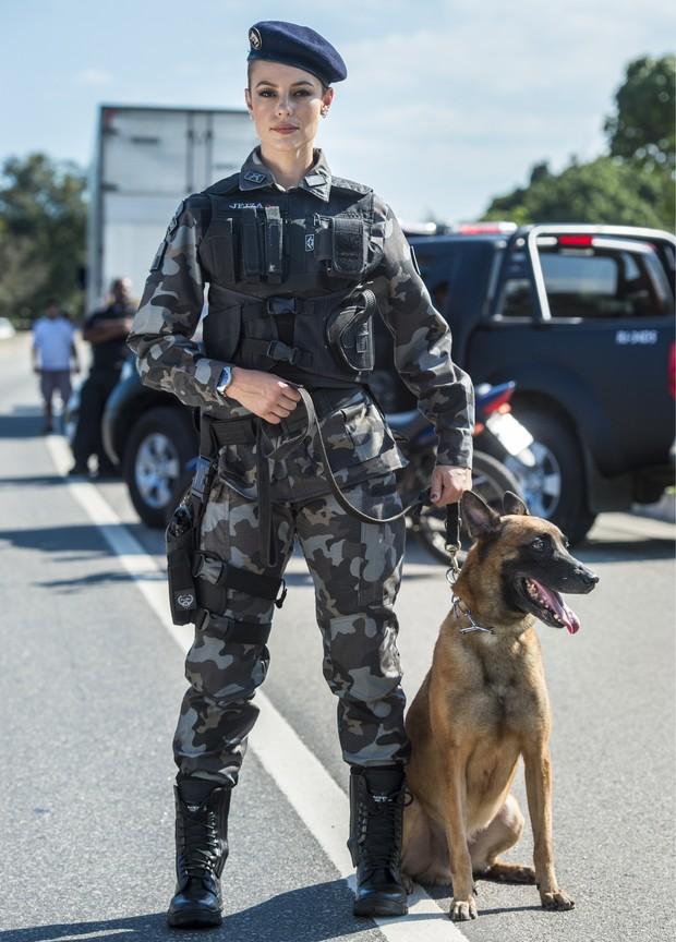 Paolla Oliveira caracterizada como a policial Jeiza  (Foto: Globo / Estevam Avellar)