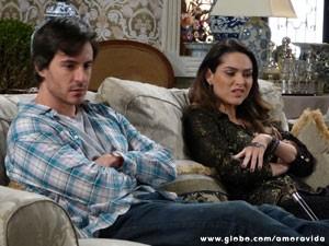 Leila não esconde sua raiva (Foto: Amor à Vida / TV Globo)