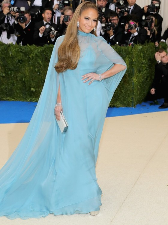 Jennifer Lopez acertou em cheio com o vestido azul da Valentino (Foto: Getty Images)