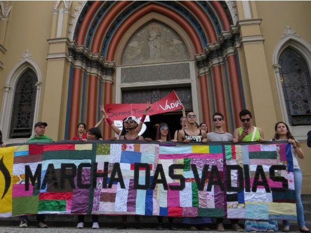 Grupo marchou em diversos locais da capital, entre eles a Catedral de Curitiba  (Foto: Giselle Durigan / Arquivo pessoal)
