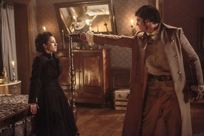 Rubião se enfurece e aponta arma para Joaquina (Foto: Felipe Monteiro/Gshow)