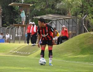 Tomas, lateral-esquerdo na época do Atlético-PR (Foto: Divulgação/Site oficial do Atlético-PR)