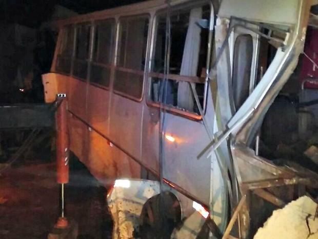 Ônibus escolar bateu em mais duas carretas que estavam no local (Foto: PRF/Divulgação)