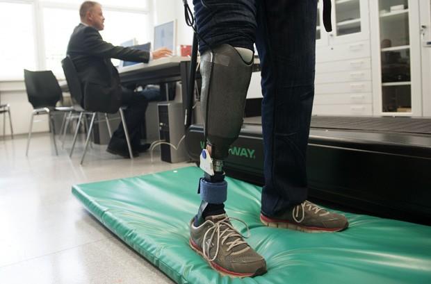 """O professor Hubert Egger, da Universidade Linz, faz testes com a primeira prótese de perna """"sensível"""", que foi recebida pelo paciente Wolfgang Rangger,  (Foto: AFP Photo/Samuel Kubani)"""