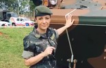 Cecília Ribeiro pilotou um tanque de guerra de dezesseis toneladas