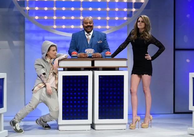 Kate McKinnon interpreta Justin Bieber e Kristen Stewart interpreta Gisele Bündchen (Foto: Reprodução)