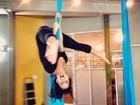 Vanessa Hudgens se diverte em aula de tecido e posa de cabeça para baixo