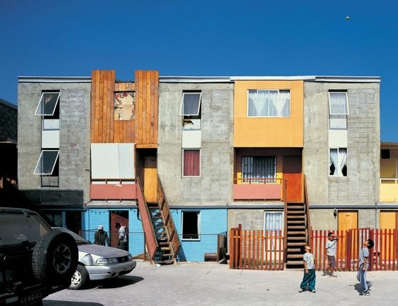 No Chile em vez de construir casas completas e locais distantes,o programa entrega  casas semi-prontas  em bairros centrais . (Foto:  Cristobal Palma/Estúdio Palma)