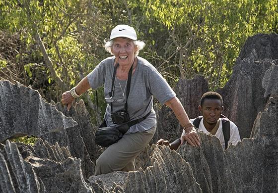 Eva Reiter atravessa as formações rochosas do Tsingy de Bemaraha   (Foto: © Haroldo Castro/Época)