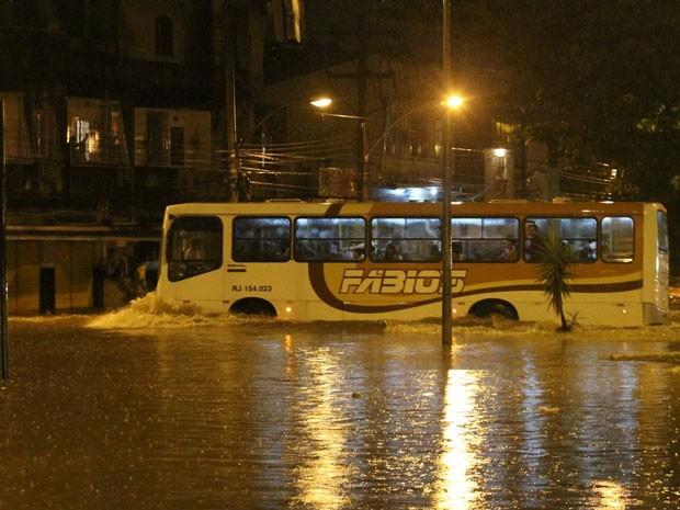 Ônibus precisou passar por rua alagada em Bonsucesso. (Foto: Wallace Barbosa de Araujo / VC no G1)