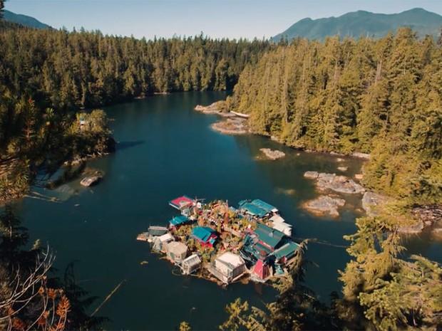 Ilha flutuante foi montada sobre 12 plataformas perto de Vancouver Island, no Canad (Foto: Divulgao/Freedom Cove)
