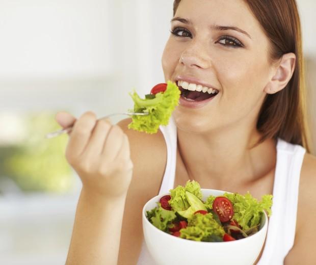 Mulher comendo salada (Foto: Thinkstock)