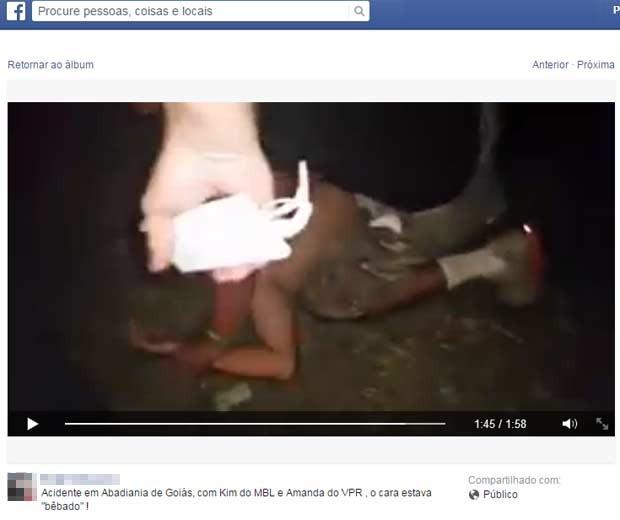 Motorista é imobilizado por integrantes da marcha após acidente em Goiás (Foto: Reprodução/ Facebook)