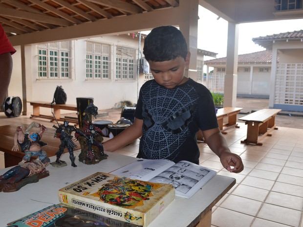 Pedro de Oliveira, de sete anos, diz gostar mais de HQ's do que de futebol (Foto: Emily Costa/ G1)