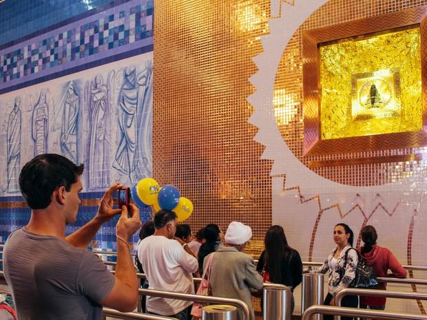 Para os visitantes, ver a imagem no nicho é o momento de maior emoção no Santuário Nacional. (Foto: Fábio França/ G1)
