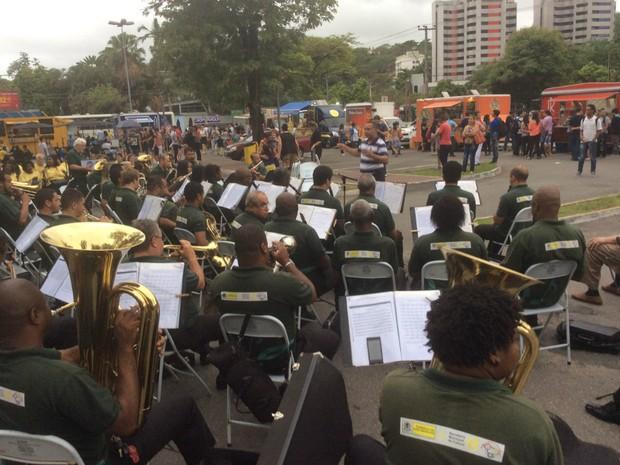 Música instrumental abriu a programação cultural do Festival Food Truck em Volta Redonda (Foto: Paola Fajonni/G1)