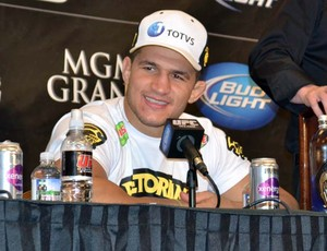 Junior Cigano em coletiva após luta, em Los Angeles (Foto: Adriano Albuquerque)