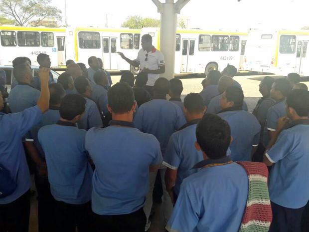Rodoviários reunidos discutindo paralisação por fim de dupla jornada (Foto: Sindicato dos Rodoviários/Divulgação)