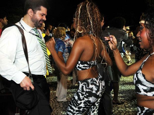 Integrante da Portela dança em frente a participante da Rio+20 (Foto: Alexandre Durão/G1)