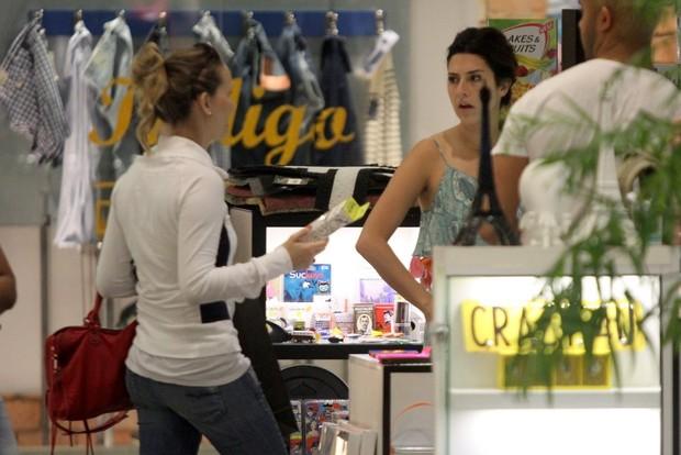 Fernanda Rodrigues e Fernanda Paes Leme no shopping (Foto: Marcos Ferreira / Foto Rio News)