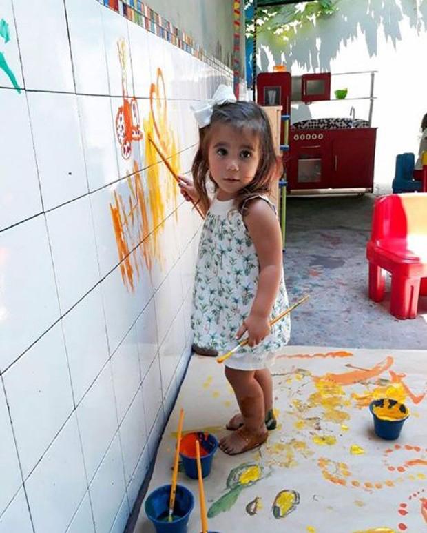 """Deborah Secco mostra Maria Flor pintando parede: """"Bagunça mais linda"""""""