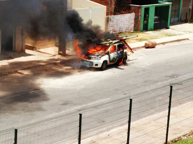 Prestadores de serviços da Cemar estava realizando um chamado na comunidade Vila Cristalina quando o veículo foi incendiado (Foto: João Ricardo)