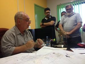 Secretário mostrou e explicou qual o planejamento para a área em que os moradores residem (Foto: Mary Porfiro/G1)