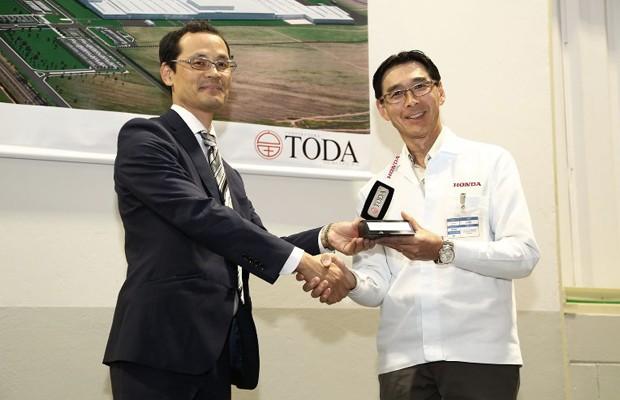 Vice-presidente da Honda no Brasil, Eigi Miyakuchi, recebe a chave da construtora (Foto: Divulgação)