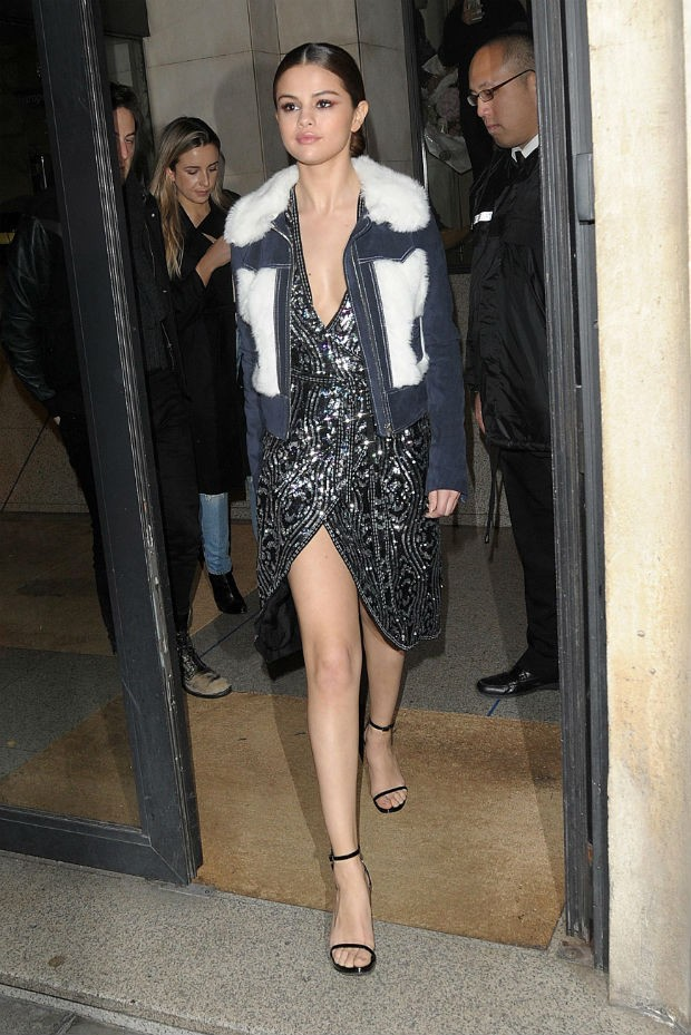 Selena Gomez troca de roupa trs vezes em um s dia para os desfiles em Paris (Foto: Grosby Group)
