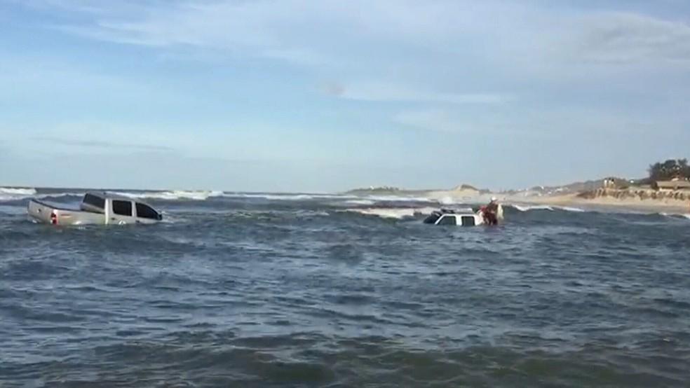 Acidente aconteceu em uma praia em Aquiraz na Região Metropolitana de Fortaleza (Foto: Reprodução/TV Verdes Mares)