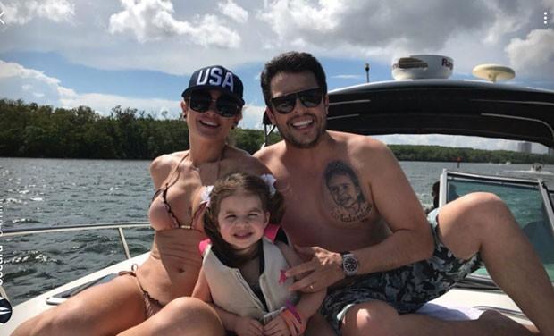 Mirella, Ceará e Valentina no passeio de barco (Foto: Reprodução Instagram)