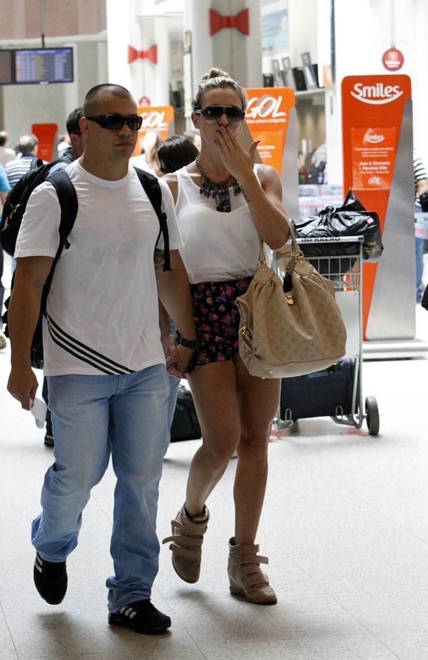 Joana Machado e marido em aeroporto (Foto: Alice Silva/AgNews)