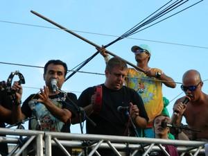Bloco Carna Maiden toca clássico do rock acompanhados com instrumentos do samba.  (Foto: Divulgação / Carna Maiden)