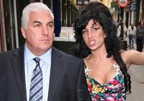 Mitch Winehouse com a filha, Amy (Foto: Twitter / Reprodução)