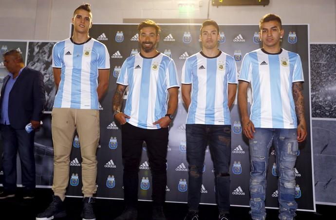 Lamela, Lavezzi, Gaitan e Angel Correa lançamento nova camisa seleção Argentina (Foto: REUTERS/Enrique Marcarian)
