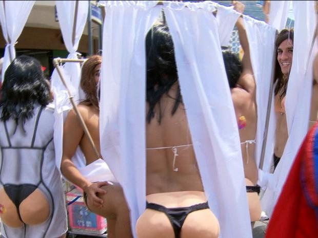 Foliões imitam bunda de Paola Oliveira no Suvaco de Cristo (Foto: Reprodução/GloboNews)