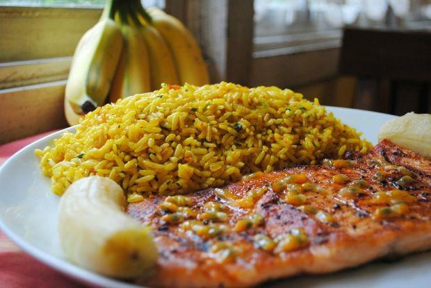 Banana assada na brasa com salmo grelhado ao molho de maracuj e arroz de aafro (Foto: Divulgao / Umas & Ostras)