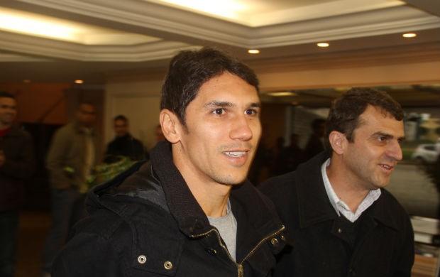 Lúcio Flávio é apresentado no Paraná Clube (Foto: Gabriel Hamilko / GloboEsporte.com)