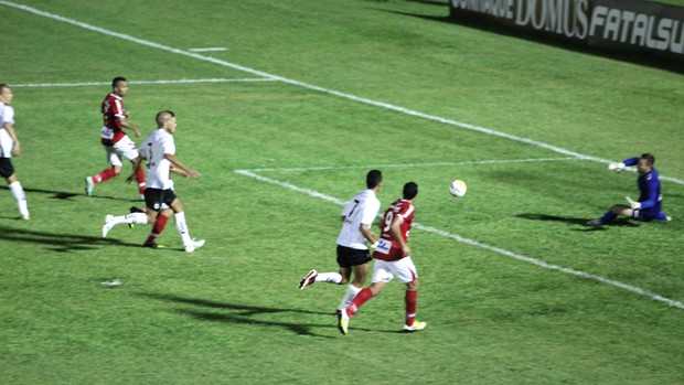 Carlos Alberto bate para fazer o segundo gol do Mogi (Foto: Geraldo Bertanha/ Assessoria do Mogi Mirim)
