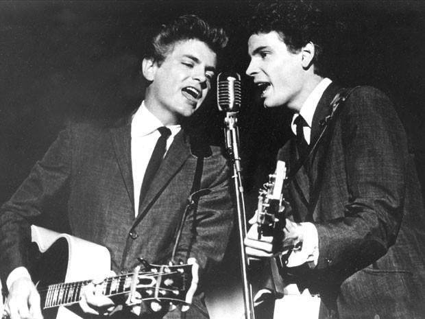 on e Phil Everly, da influente dupla Everly Brothers, durante show em 31 de julho de 1964; Phil morreu nesta sexta-feira (3)  (Foto: AP)