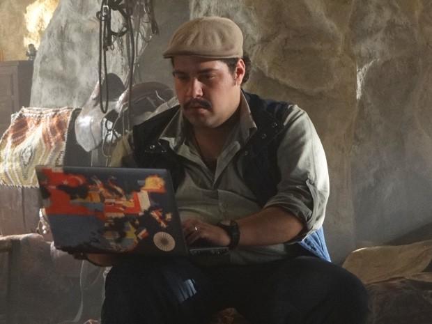 Demir escolhe a foto de Santiago (Foto: Salve Jorge/ TV Globo)