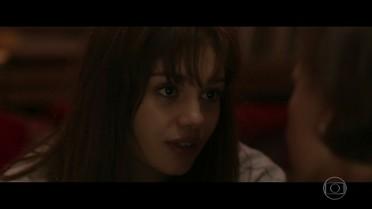 Alice confessa para mãe estar apaixonada por Renato
