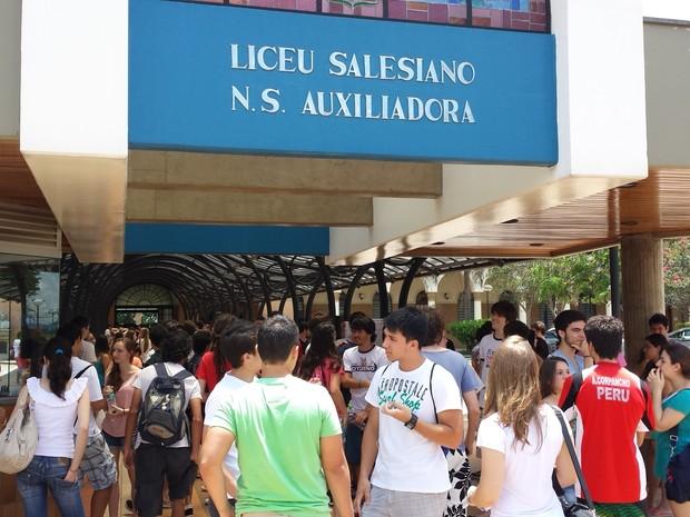 Entrada dos candidatos da Fuvest 2014 no colégio Liceu Nossa Senhora Auxiliadora, em Campinas (Foto: Luciano Calafiori/ G1 Campinas)