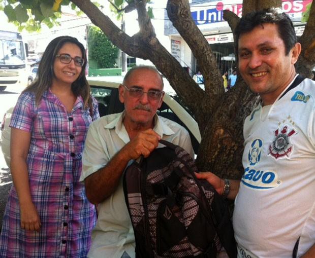 Seu Fernando (ao centro) Com Gonzaga e Erivoneide com a mochila deixada no carro (Foto: Fernanda Zauli/G1)