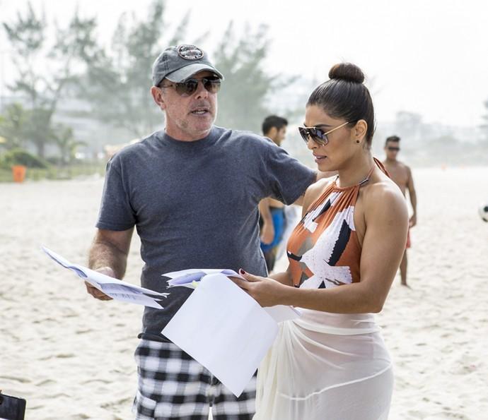 Juliana Paes passa o texto antes de gravar cena na praia (Foto: Ellen Soares/Gshow)